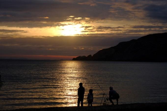 田井浜キャンプ場|早朝に釣りをする家族
