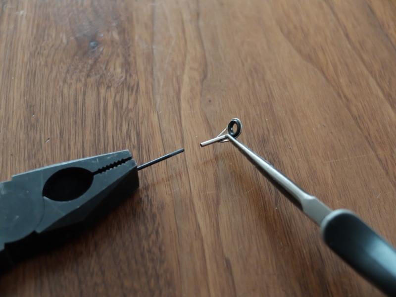 ペンチを使って、トップガイドを取り外す