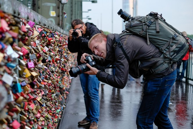 Participants soohting the padlocks on the bridge (image by Naomi Locardi)