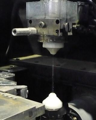 有限会社フジムラのワイヤーカット放電加工 加工風景