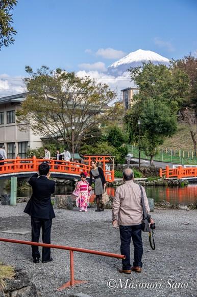 湧玉池と富士山