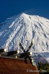 浅間大社祈祷殿前から本殿屋根越しの富士山を望む