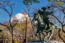 流鏑馬射手の像と富士山