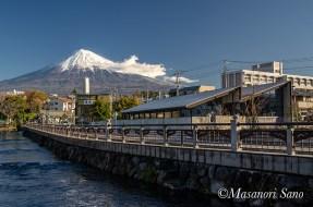 ふれあい広場から神田川と富士山