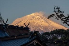 浅間大社祈祷殿前より本殿屋根越しの富士山