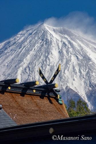 富士山の雪を強風が吹き飛ばしています。浅間大社祈祷殿より 2019.4.2