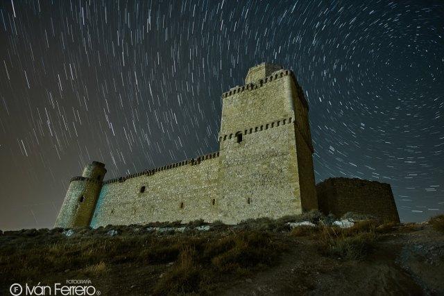 """""""Castillo de Barcience - Toledo - Star trail""""  por Iván Ferrero."""