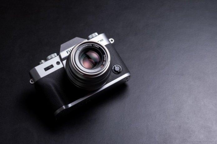 Fuji X-T10 y XF 35mm F2 R WR plateadas.