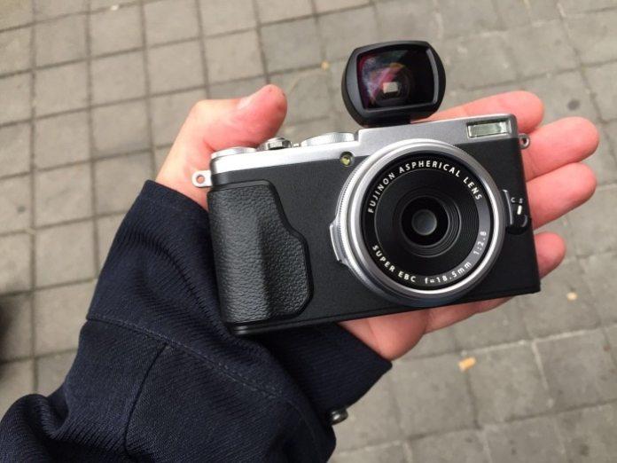 Fotografía frontal de la diminuta APS-C Fujifilm X70.