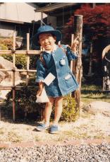 木船幼稚園に入園する日の写真です。デニムの制服、茶色いランドセルが目印です。