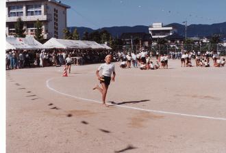4年生のときの運動会。運動会の最終盤の競技のリレーのときの写真です。
