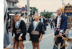 小学校3年生、三谷祭で床几持ち、祖父と並んで 1991年10月26日