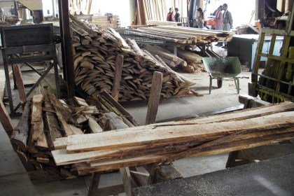 山から木を切り出して製材して縁台を作って町に風情をつくるワークショップ3,5