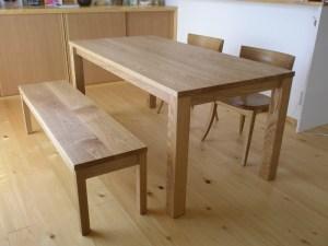 シンプルダイニングテーブルとベンチ