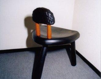 背もたれ付き三本脚椅子