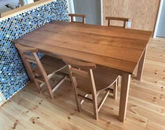 シンプルテーブルと椅子