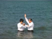 まだ水温はそれほど冷たくありませんでした。 父と子と聖霊の御名によって・・・。