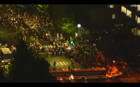 [Live] Police blocks official residence 3