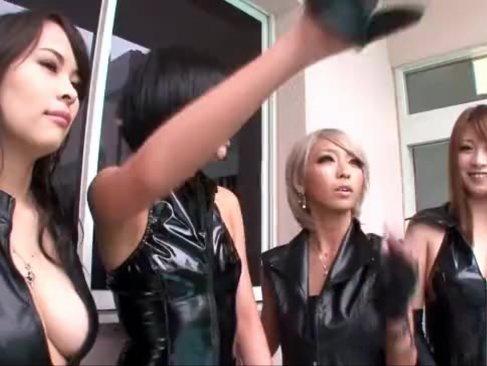 人気女優の琥珀うたや泉麻耶がM男達を痴女攻め!チンポを弄りまくって大量のザーメンを抜き取ってるスワッピング動画