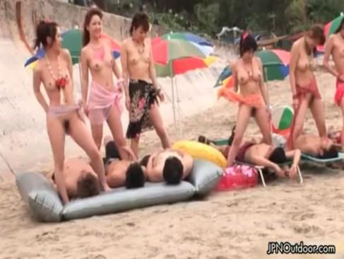 今話題の野外乱交プレイ!水着ギャル達が寝ている男達に跨って腰を振りまくってるスワッピンク動画