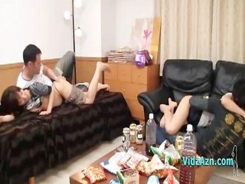 仲良しカップル達が酒盛りの勢いで彼氏彼女を交換して目の前でセックスしてるスワッピワング 動画