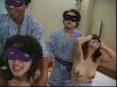 仮面をした3組の夫婦が温泉旅館でパートナーを交換して寝取り寝取られセックスするスワッピング動画