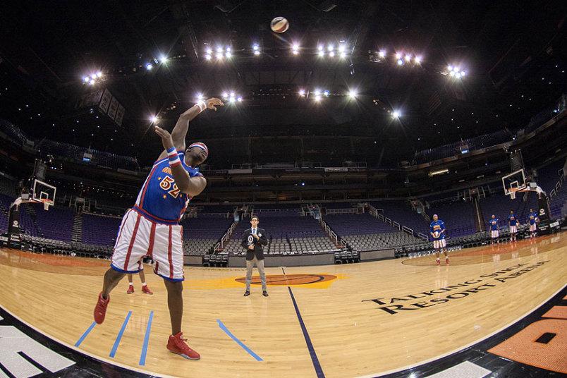4. Big Easy Lofton из баскетбольной команды Гарлем Глобтроттерс установил рекорд самого дальнего броска крюком с завязанными глазами. Баскетболист бросил мяч крюком на 15,32 метра. Феникс, штат Аризона.