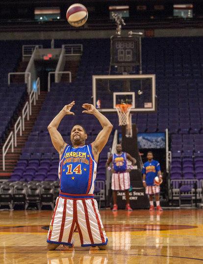 5. Еще один баскетболист из Гарлем Глобтроттерс - Handles Franklin поставил рекорд по самому дальнему броску назад, стоя на коленях. Баскетболист бросил мяч на 18,47 метров. Финикс, штат Аризона.