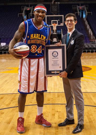 И снова Гарлем Глобтроттерс. И снова Токинг Стик Ризот-арена в Финиксе, штата Аризона. Рекорд по самому длинному броску с завязанными глазами поставил баскетболист Thunder, бросив мяч на 21.18 метров.