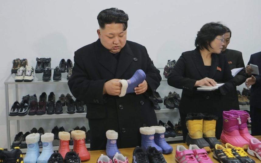 14. Северокорейский лидер Ким Чен Ын во время визита на обувную фабрику в Пхеньяне.