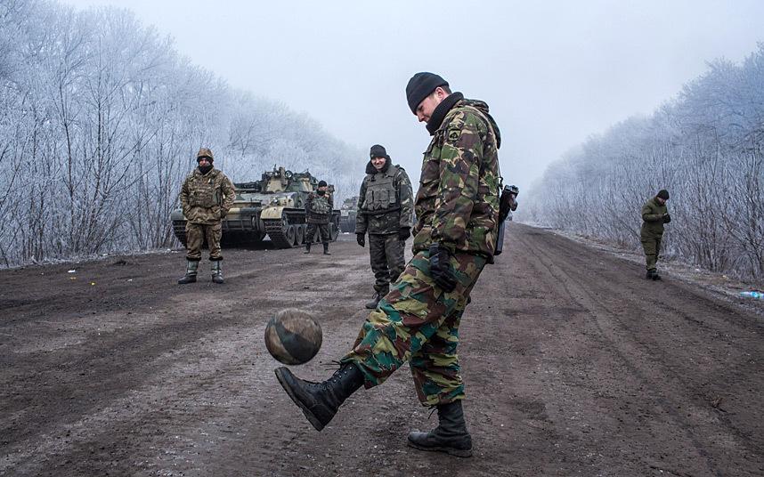 27. Донбасс после перемирия. Украинские военные играют в футбол на дороге, возле Дебальцева.