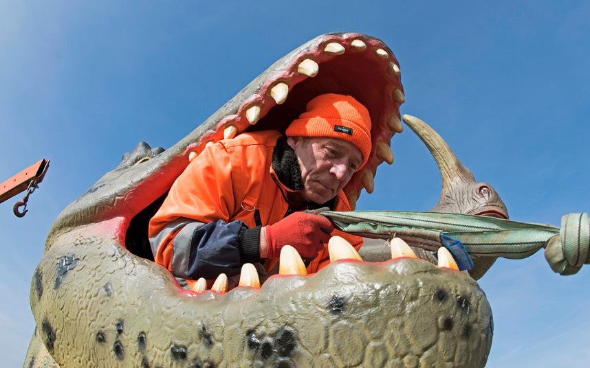 5. Сотрудник парка Wustermark помогает установить модель динозавра.