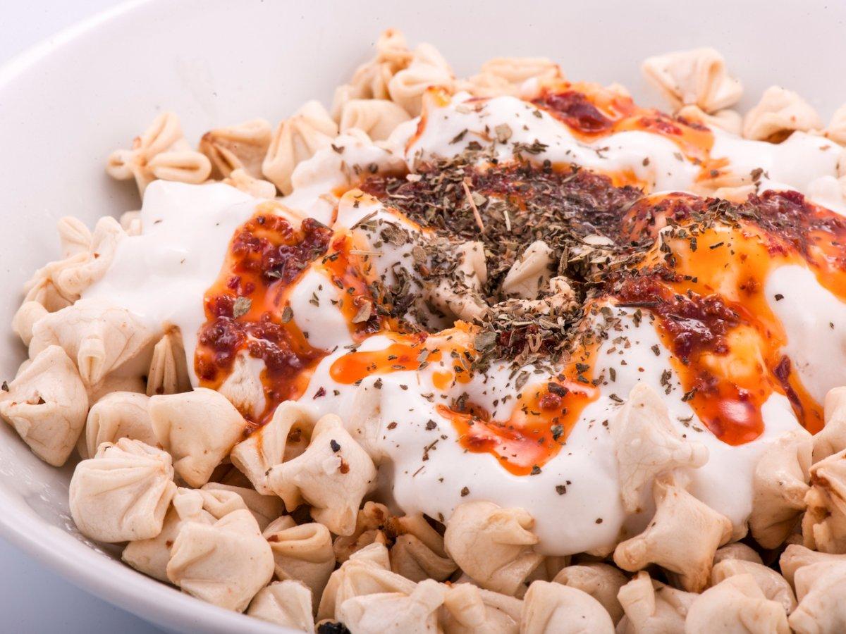 11. Турция, манты. Турецкие манты обычно небольшого размера, нежели те, что мы привыкли видеть. Начиняют их говядиной или бараниной. Подают манты в соусе из йогурта, масла и красного перца.