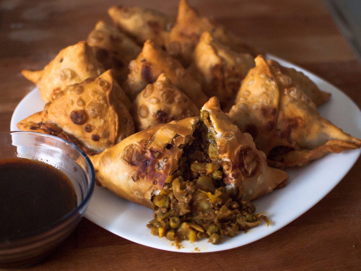 4. Индия, самоса. Хрустящие индийские пельмени их слоеного теста начиненные пряным картофелем и горохом, чечевицей, фаршем или луком.