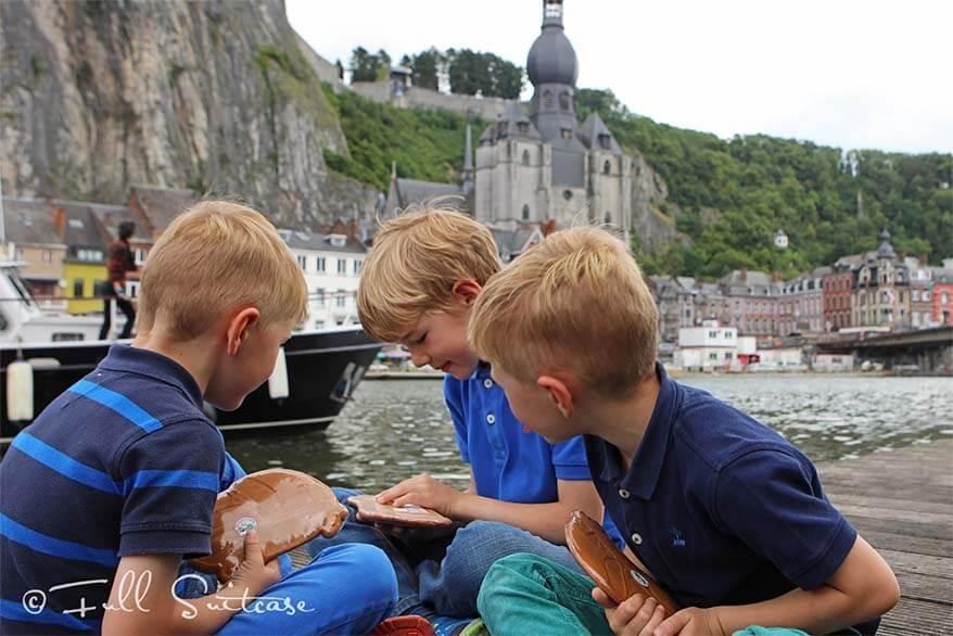 Kids eating cake of DinantKids eating cake of Dinant