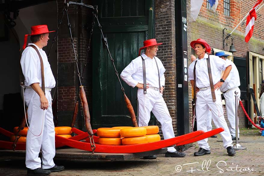 Alkmaar cheese bearers at the weighing scale