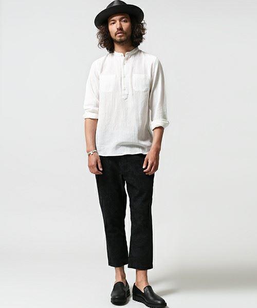 nano universeの白バンドカラーシャツを着こなす男性