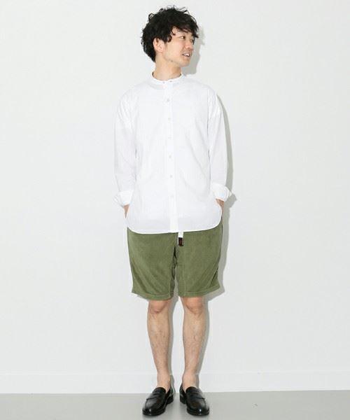 URBAN RESEARCH DOORSの白バンドカラータイプライターシャツを着こなした男性
