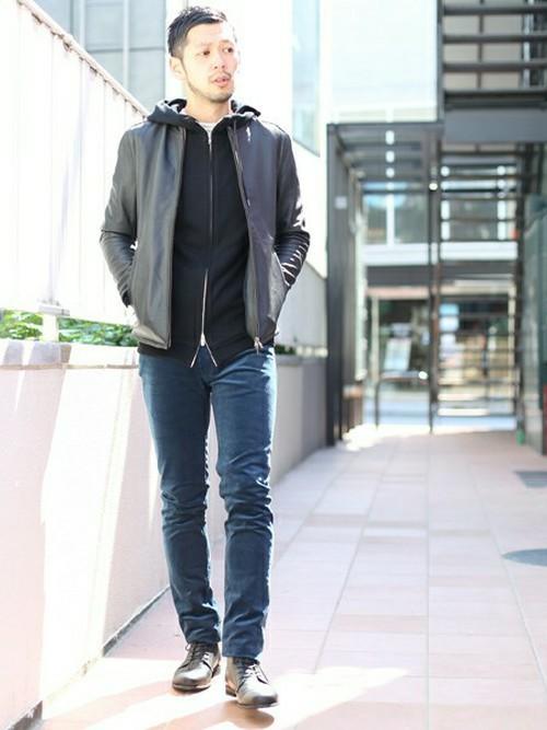 「パーカー×ライダース」の基本型!細身のブラック&ネイビースタイル