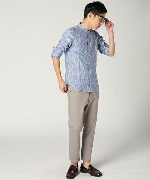 JOURNAL STANDARDリネンブルーストライプスタンドカラーシャツ を着こなす男性