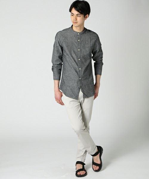 JOURNAL STANDARDコットンリネンバンドカラーシャツ を着こなす男性