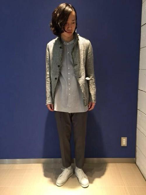 チャコールグレースラックスとデザインジャケットで作る男性コーディネート