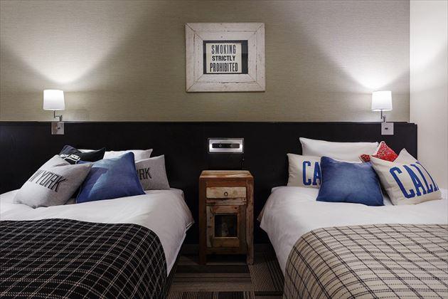 journal standard Furnitureプロデュースのホテルルームベッド正面