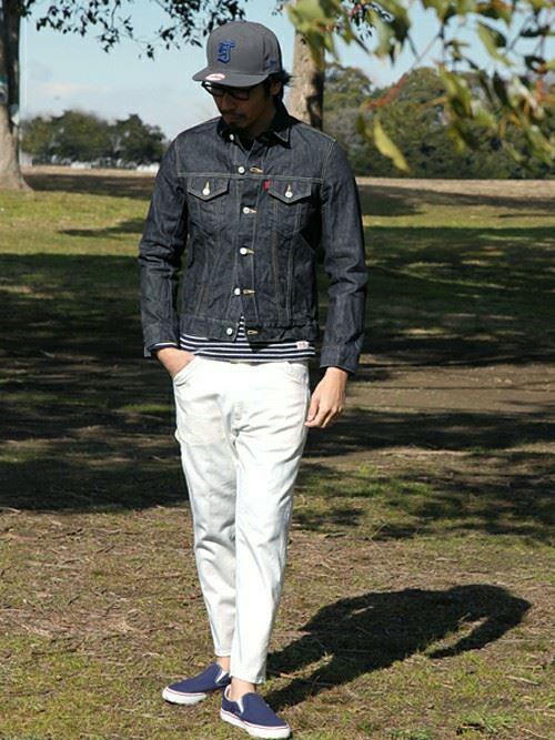 Gジャンに白パンツを組み合わせた男性の着こなし