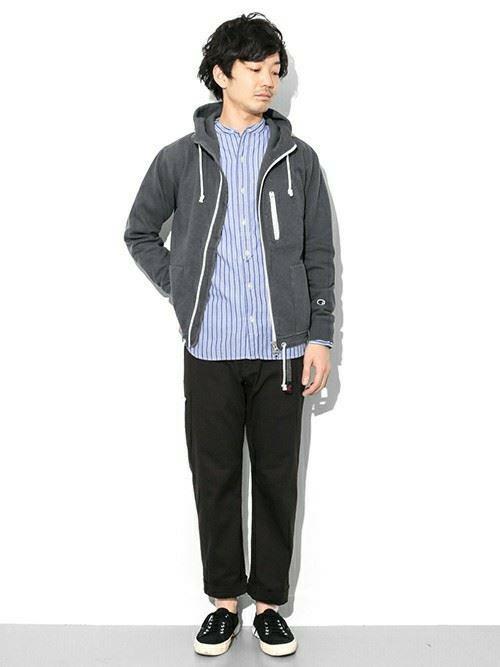 グラミチ黒パンツとパーカーシャツのコーディネート