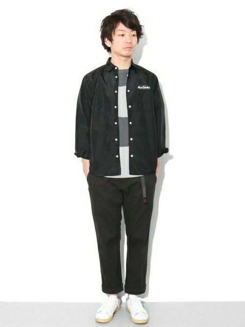 グラミチ黒パンツとシャツボーダーTのコーディネート
