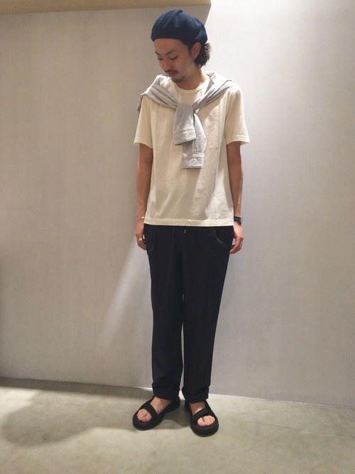 Tevaサンダルと白Tシャツのメンズコーデ画像