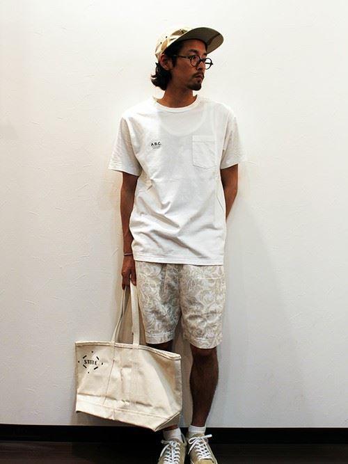 白柄ショーツと白Tシャツのメンズコーディネート
