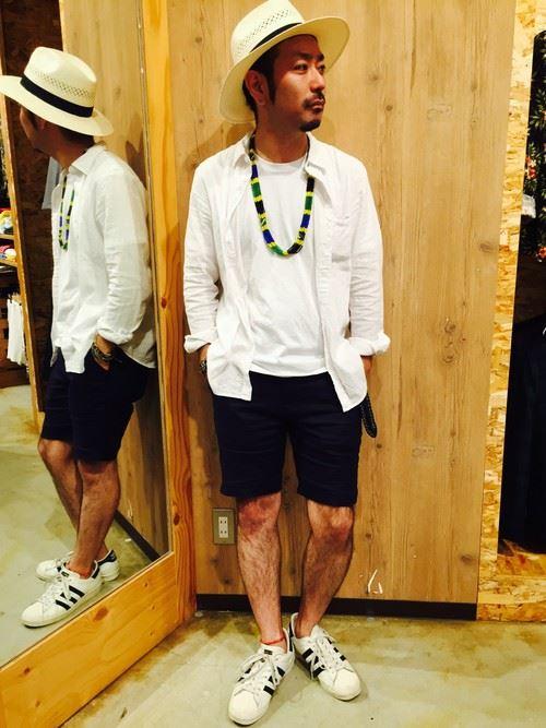 白リネンシャツの春夏メンズコーディネート画像7