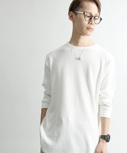 人気のロング丈ワッフルTシャツを着こなした男性の画像
